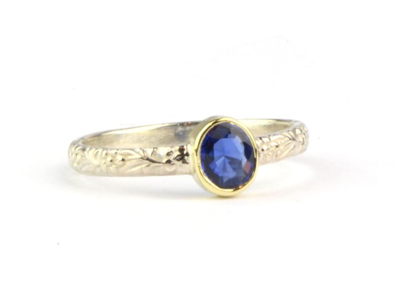 Ring van zilver met saffier in goud gezet