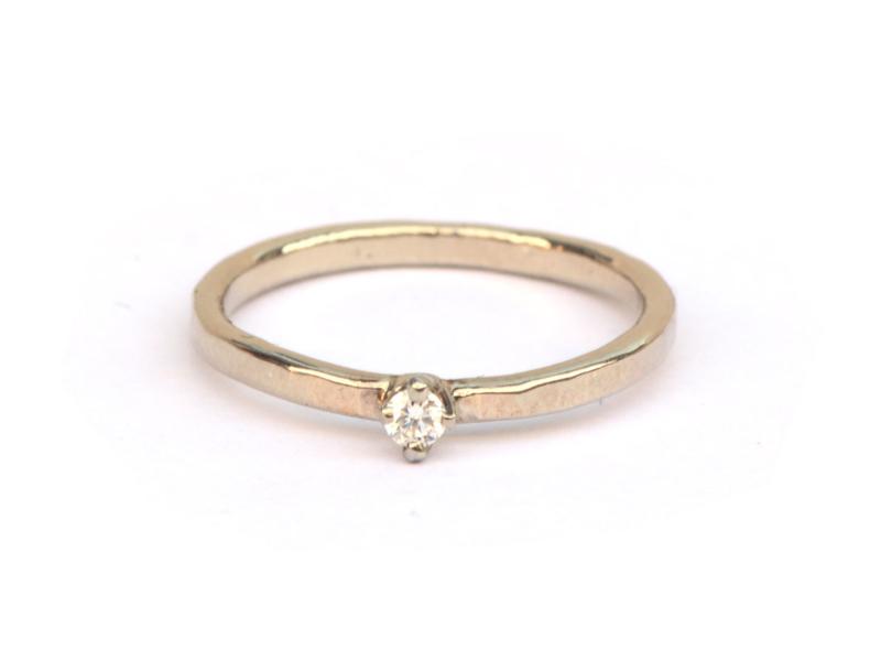Witgouden gehamerde ring met diamant