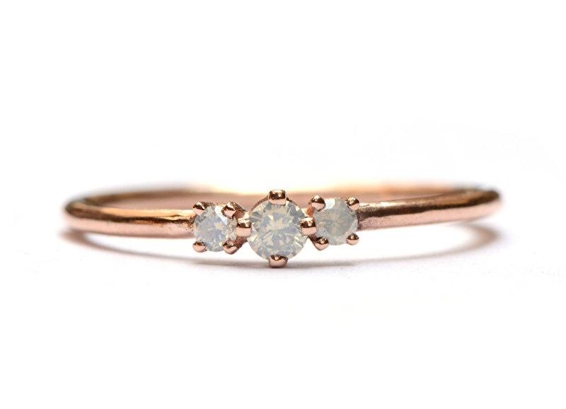 Ring met opaaldiamantjes