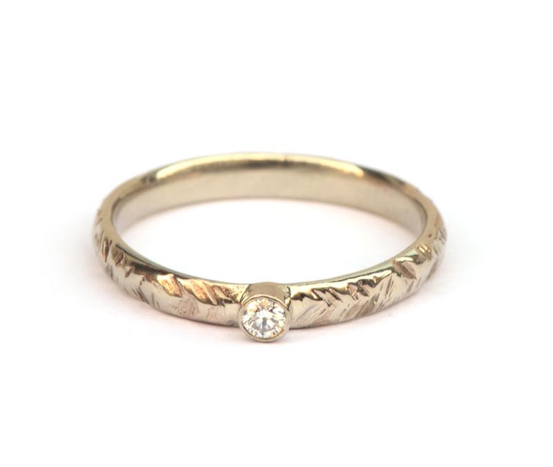 Witgouden ring met v-motief en diamant