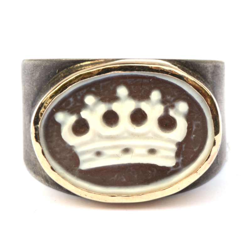 Ring with crown cameo