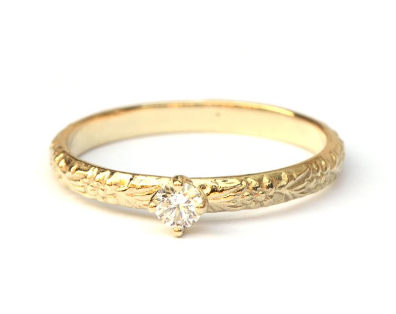 Fijne bloemmotiefring met diamant