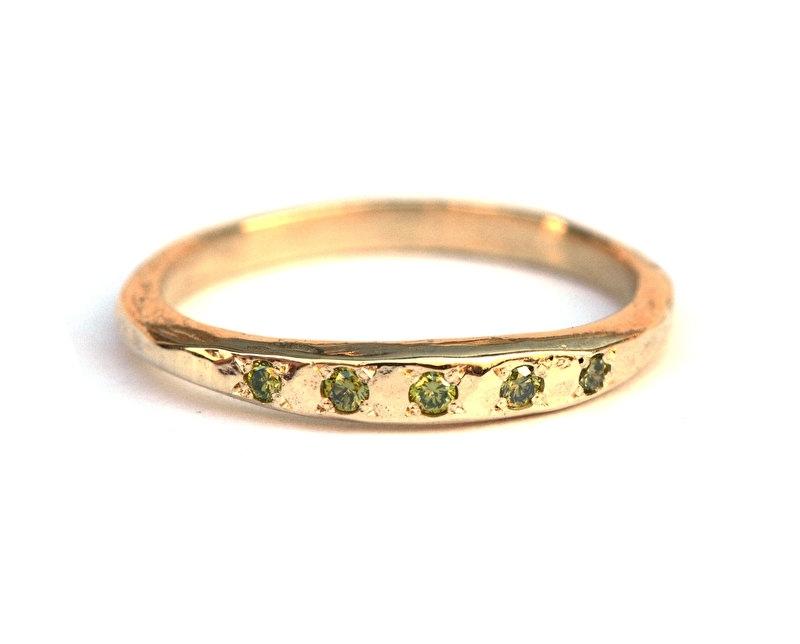 Ring met appelgroene diamantjes