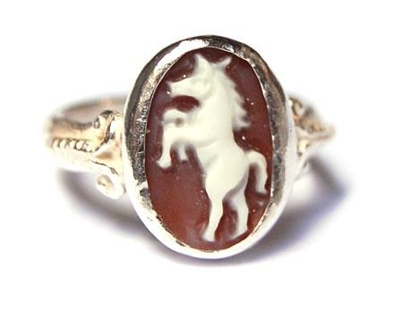 Zilveren ring met kleine paardencamee