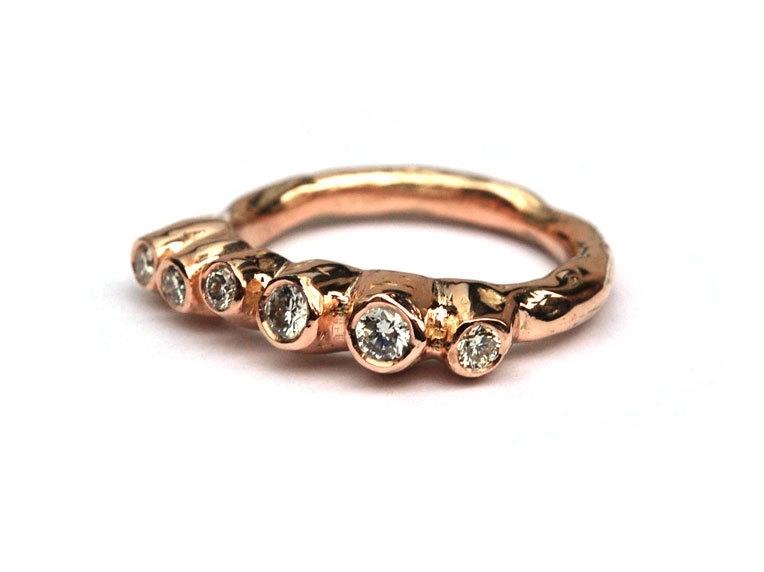Koraalring van rosegoud met champagne diamant