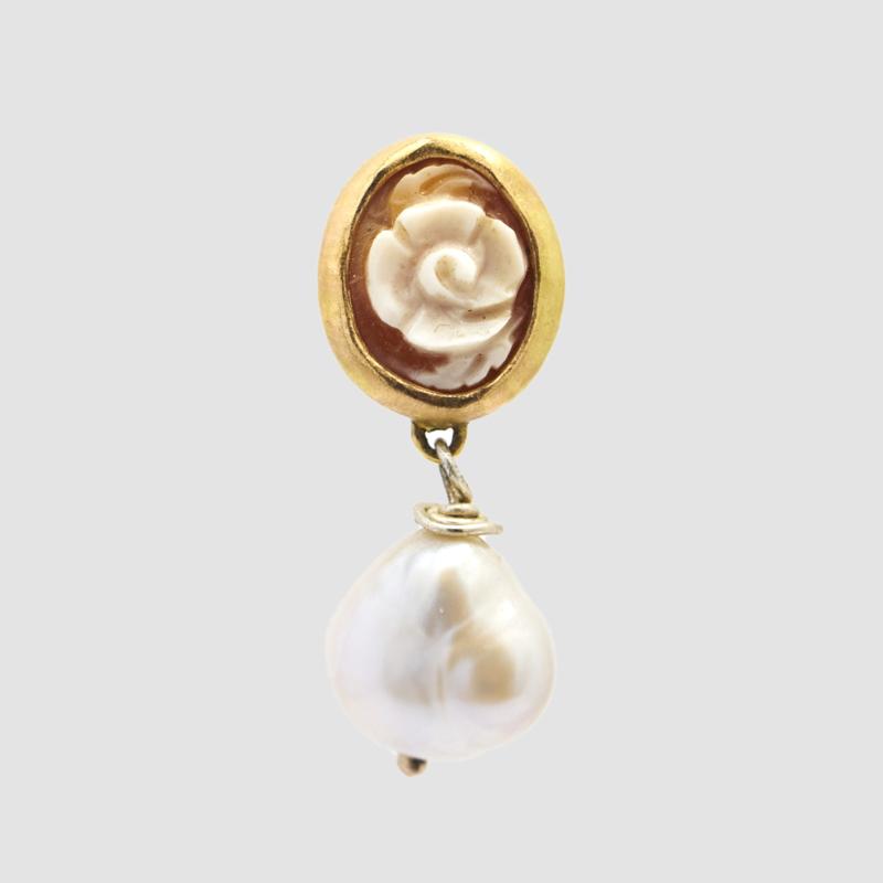 Single earring met bloemcamee en pareltje