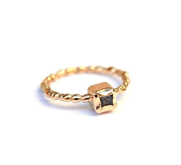 Gouden pareldraadring met ruwe diamant