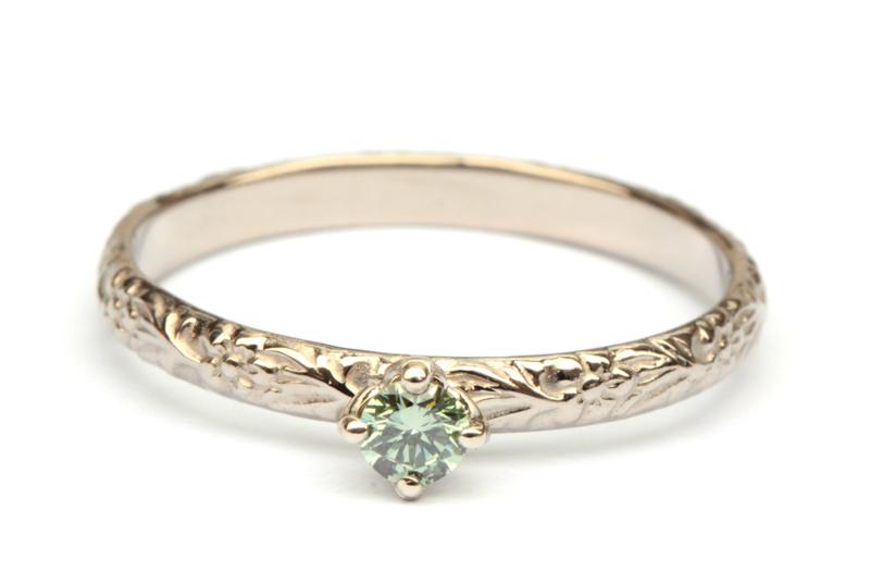Fijne bloemmotiefring met groene diamant
