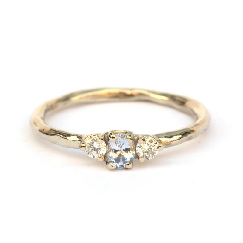 Witgouden ring met lichtblauwe saffier en diamant