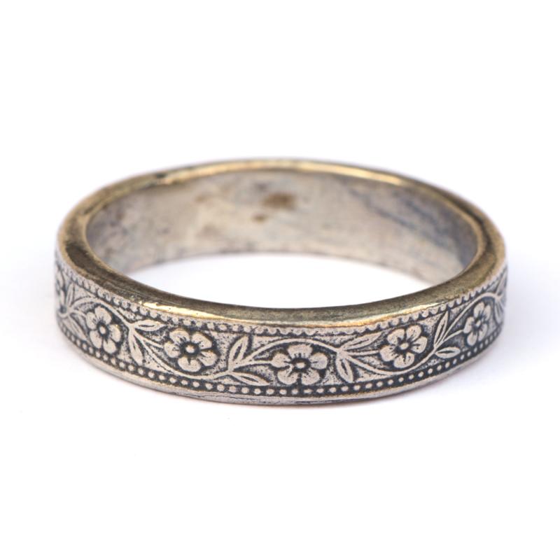 Ring met bloemmotief aan de buitenkant