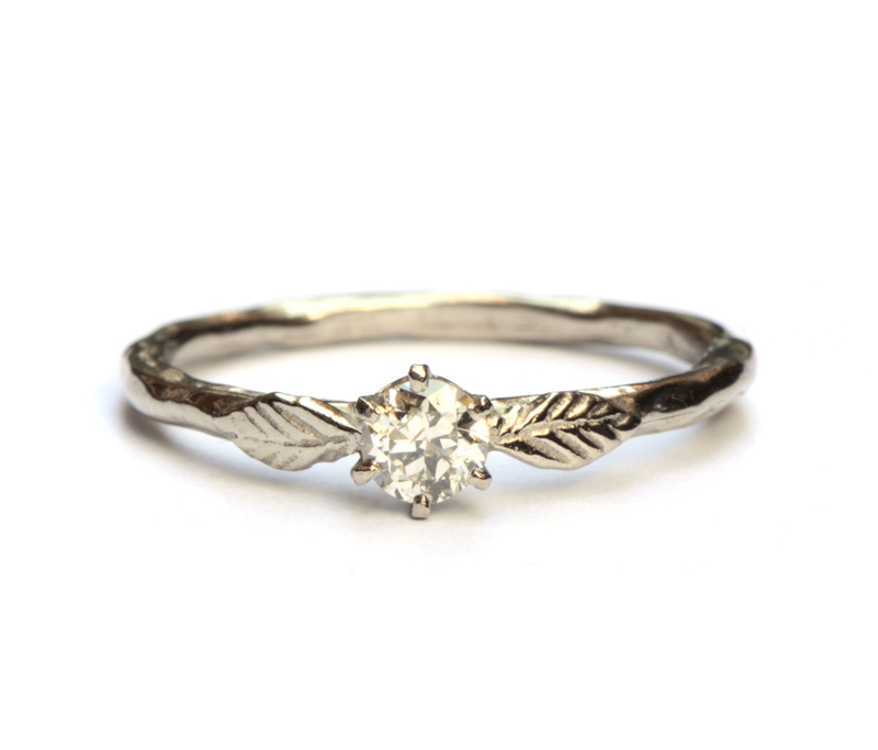 Witgouden ring met antieke diamant en blaadjes