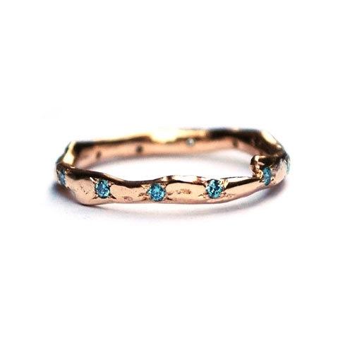 Eternity ring met ijsblauwe diamanten