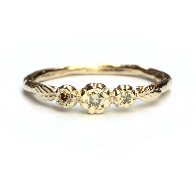 Bloemenring met natural green diamanten