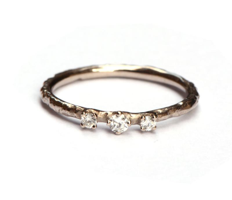 Witgouden structuurring met drie diamantjes