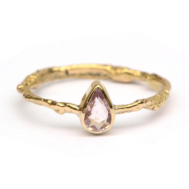 Grillige ring met Padparadscha saffier