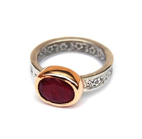 Ring met robijn, zilver en goud