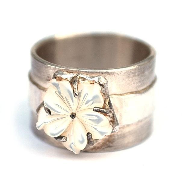 Ring met witte parelmoerbloem