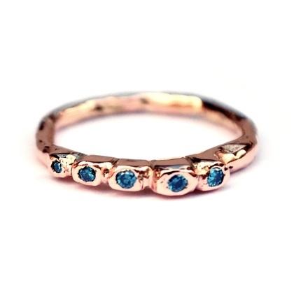 Rosegouden rotsjesring met blauwe diamant