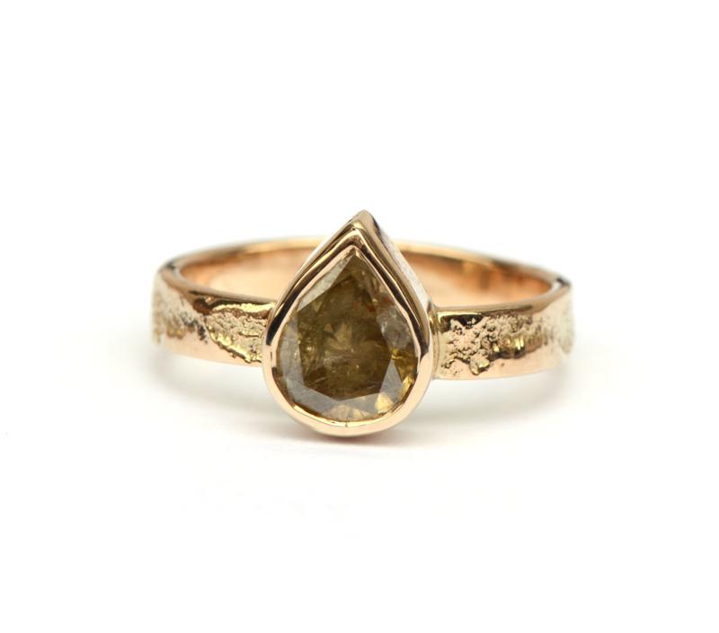 Trouwring met natural green diamant