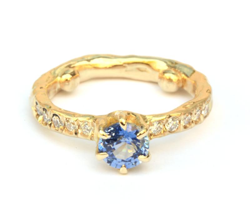 Ring met ceylon saffier en diamanten