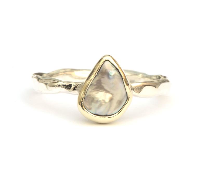 In opdracht gemaakte ring met keshi parel
