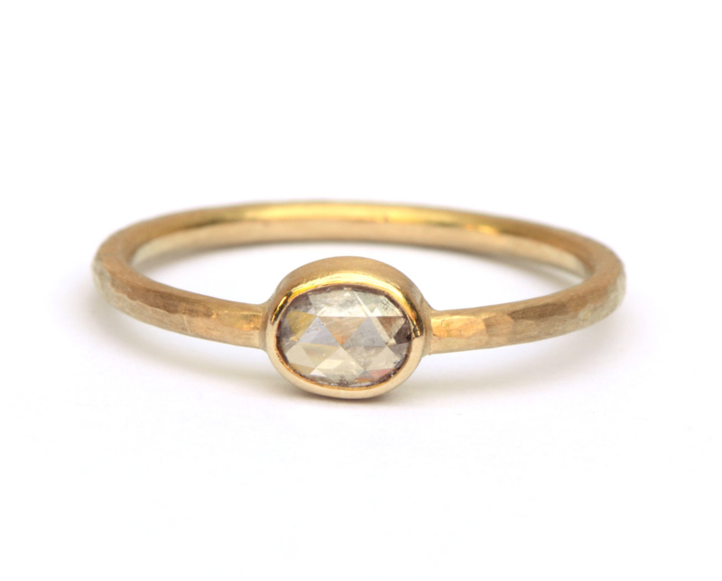 Ring met lila ovale diamant