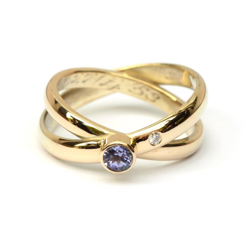 Ring gemaakt van twee trouwringen met tanzaniet