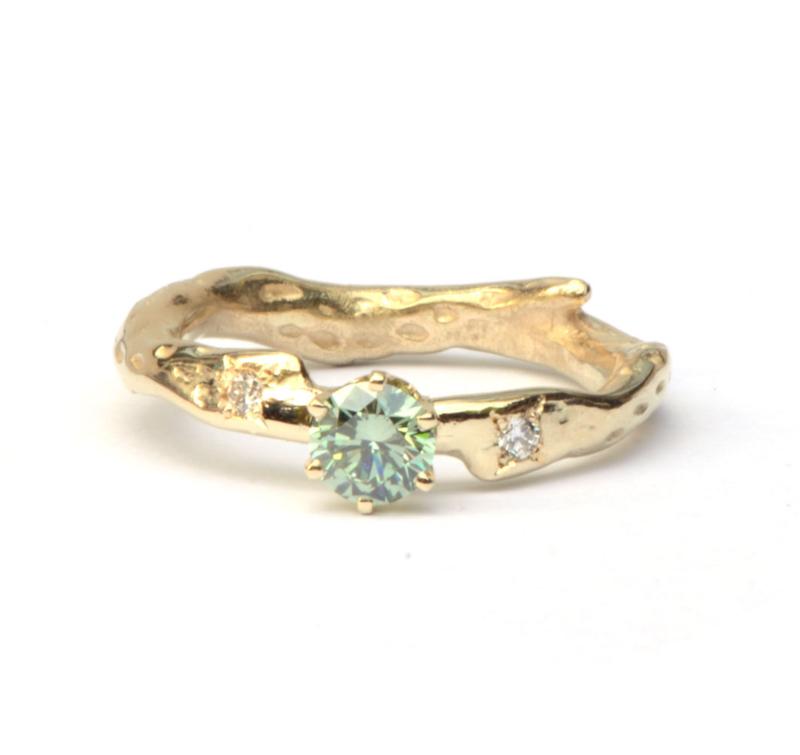 Verlovingsring met groene en witte diamanten