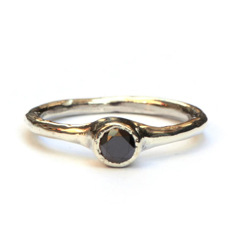 Ring met zwarte diamant