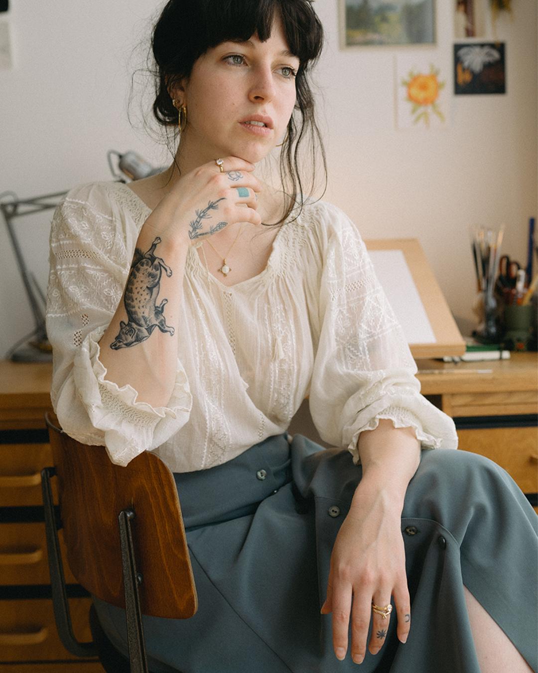 Rosa de Weerd aan haar tekentafel