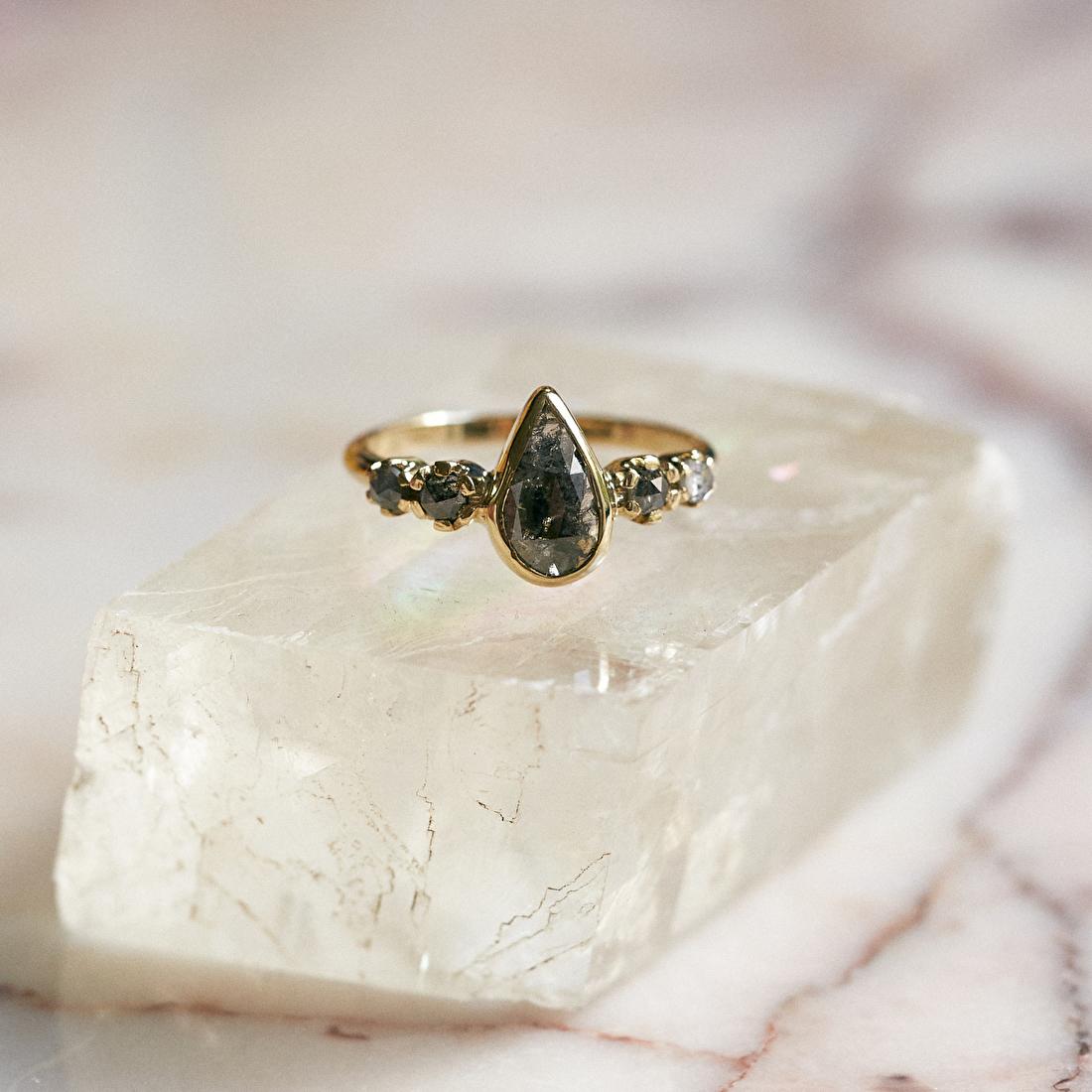 Stoere ring met grijze diamanten