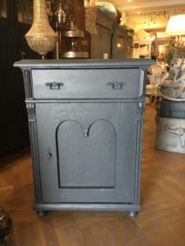 Antiek stoer kastje, vintage commode, klein dressoir