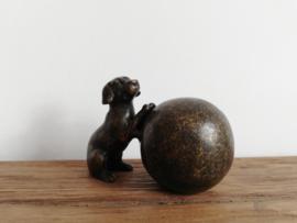 Grafdecoratie/kleine urn hondje met bal.