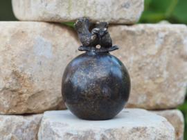 Grafdecoratie / kleine urn met duifjes
