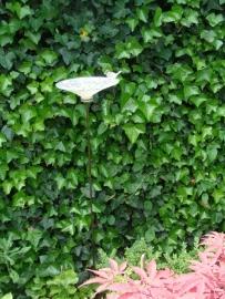 Vogeldrinkschaal van gekleurd glas als tuinsteker