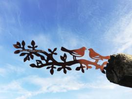 Twee vogeltjes op tak met blaadjes