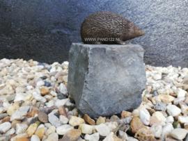 Egeltje brons op natuursteen