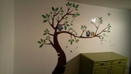 Afrika boom met groene blaadjes en uilen