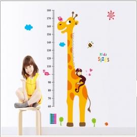 Groeimeter muursticker met giraffe en slapend aapje kinderkamer
