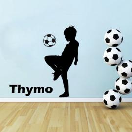 Muursticker voetbal jongen hooghouden kinderkamer - jongenskamer