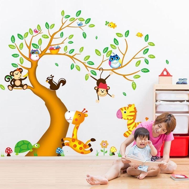 Muursticker boom met gekleurde dieren in het bos kinderkamer / babykamer