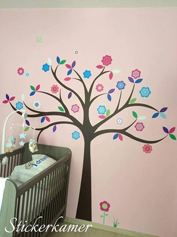Muursticker boom kinderkamer / babykamer met gekleurde blaadjes