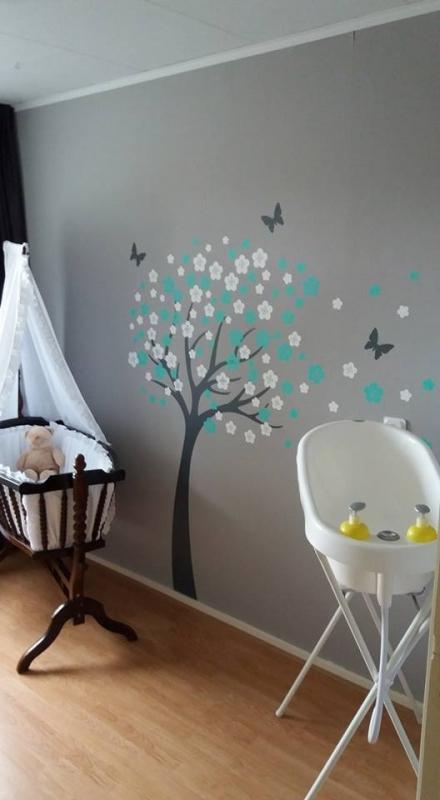 Muursticker bloesemboom met turquoise en witte bloesem blaadjes