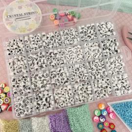Kralenbox met letterkralen wit zwart