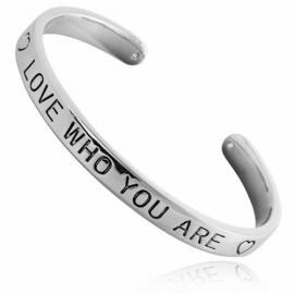 Quote armbänd 'love who you are' silber