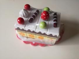 Snij cakeset op plateau