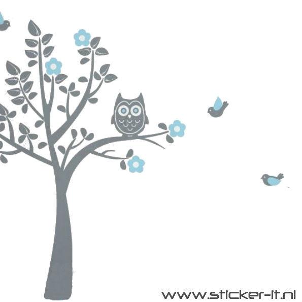 BD041 Uil in grijze boom met roze of blauwe bladeren