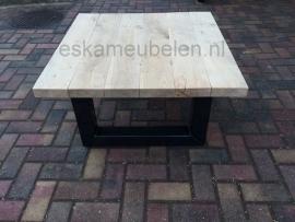 Industriële salontafel van eikenhout in combinatie met staal