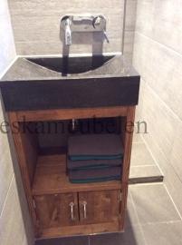 Badkamermeubel met deurtjes en plankje