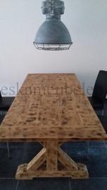 Industriële kloostertafel van gebrand eikenhout  (prijs op aanvraag)